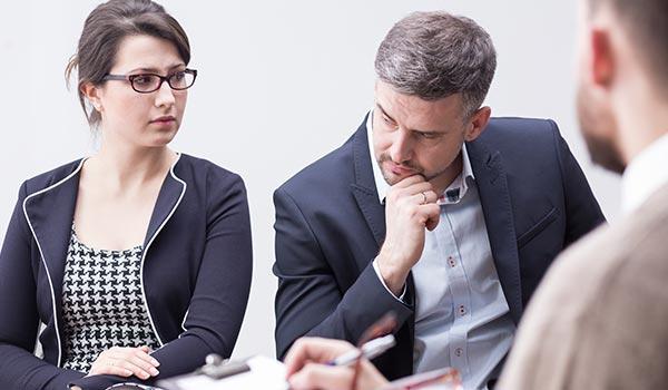 Ehepaar lässt sich zur Scheidung von einem Scheidungsanwalt beraten