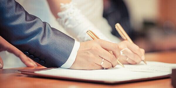 Ehepaar unterschreiben den Ehevertrag
