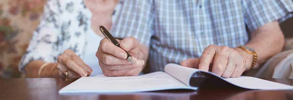 Überprüfung der Patientenverfügung und Unterschreiben einer neuen.