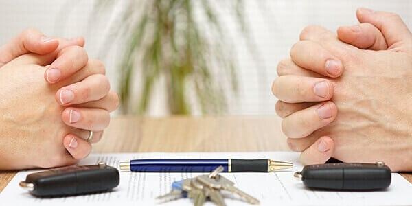 Ehepaar sprechen über die Scheidungsfolgen