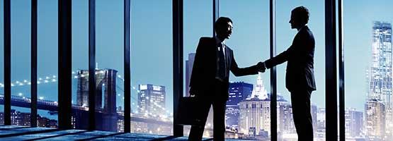 Erfolgreiche Unternehmensnachfolge durch Handschlag besiegelt